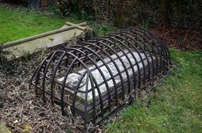 本物の墓堀りの檻を見つけたよ!